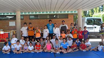 Decenas de niños han practicado balonmano y karate