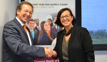 El embajador de los Países Bajos en España, Matthijs van Bonzel, y la directora del ZLC, María Jesús Sáenz, durante el encuentro