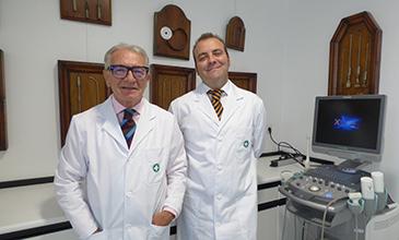 Los doctores Carlos y Jorge Rioja (de izquierda a derecha), en su consulta del Centro Médico Paracelso Sagasta