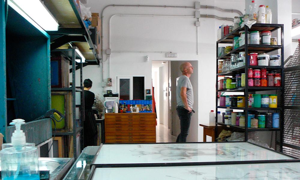 Los artistas Steve Gibson y Natalia Royo, en el estudio de esta