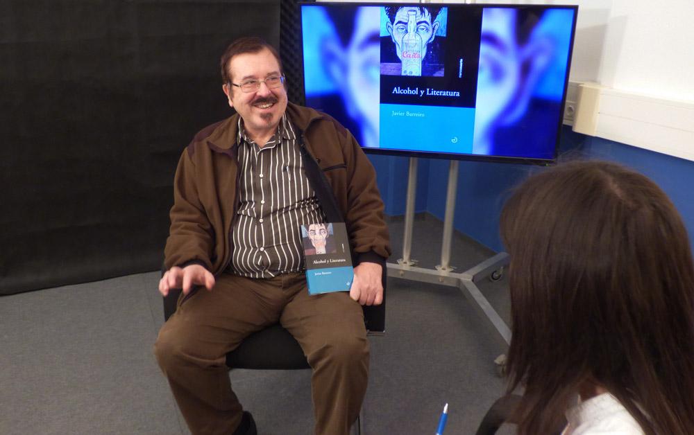 El escritor está trabajando en un libro sobre las canciones españolas del siglo XX
