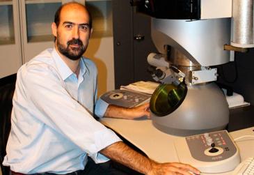 Raúl Arenal lidera un grupo de trabajo cuyas principales actividades en investigación se centran en el estudio de la estructura atómica