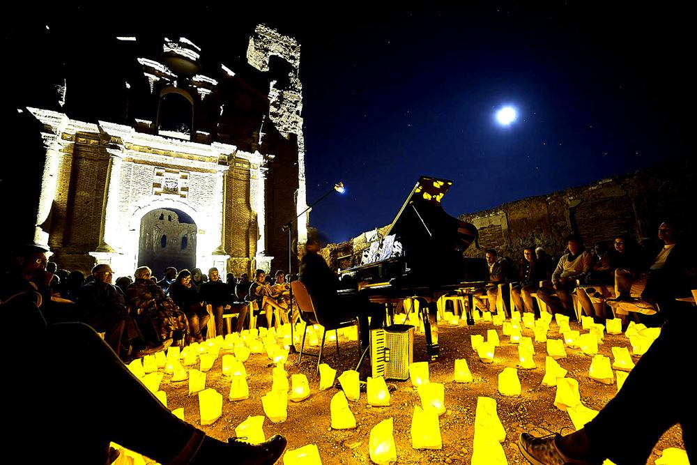 """El compositor David Gómez ha representado sus obra musical, ambientando el lugar con """"1 piano y 200 velas"""""""