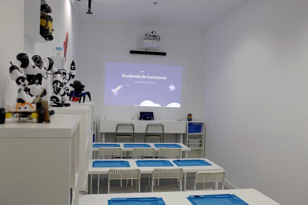 La academia cuenta con tres aulas especializadas en Ciencias, Robótica y Mecánica