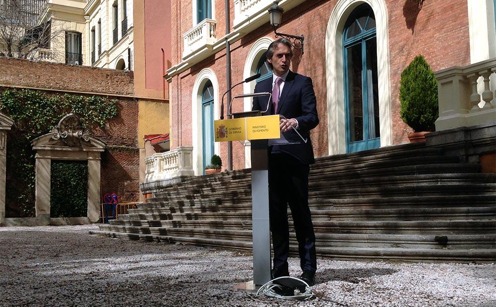 El ministro de Fomento, Íñigo de la Serna, confía en que las medidas contempladas en el plan contribuirán a revertir la despoblación