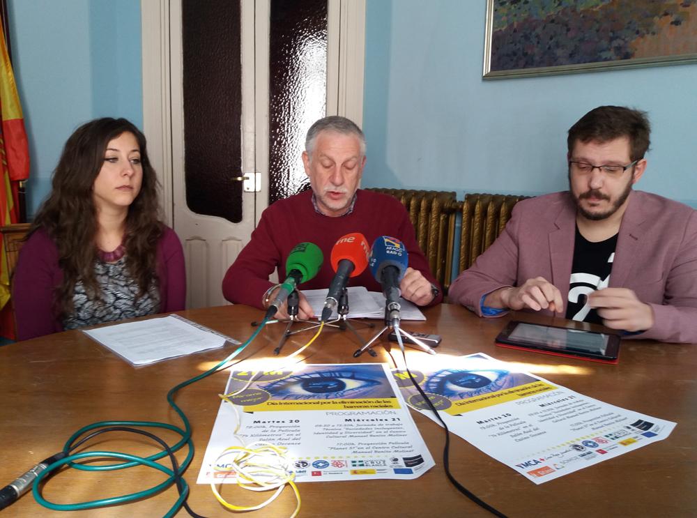 El concejal Fernando Gállego, en el centro de la imagen, ha presentado los actos
