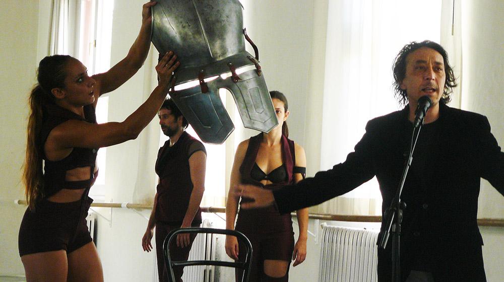 Berrio pone la voz y seis bailarines la coreografía