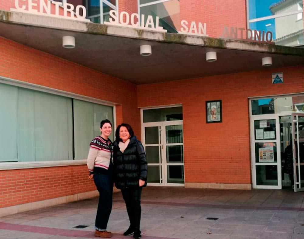 La trabajadora social del centro Andrea Llorente y la presidenta de Seniors en Red, Rosa Plantagenet-Whyte