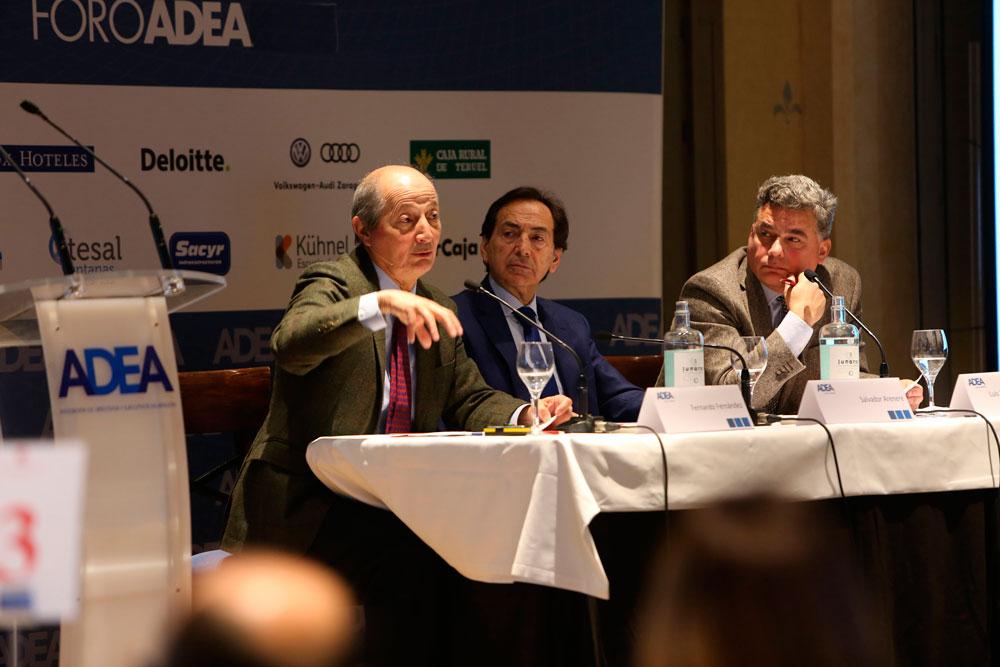 A la izquierda, el profesor Fernando Fernández Méndez de Andés, junto a Salvador Arenere y Luis Humberto Menéndez