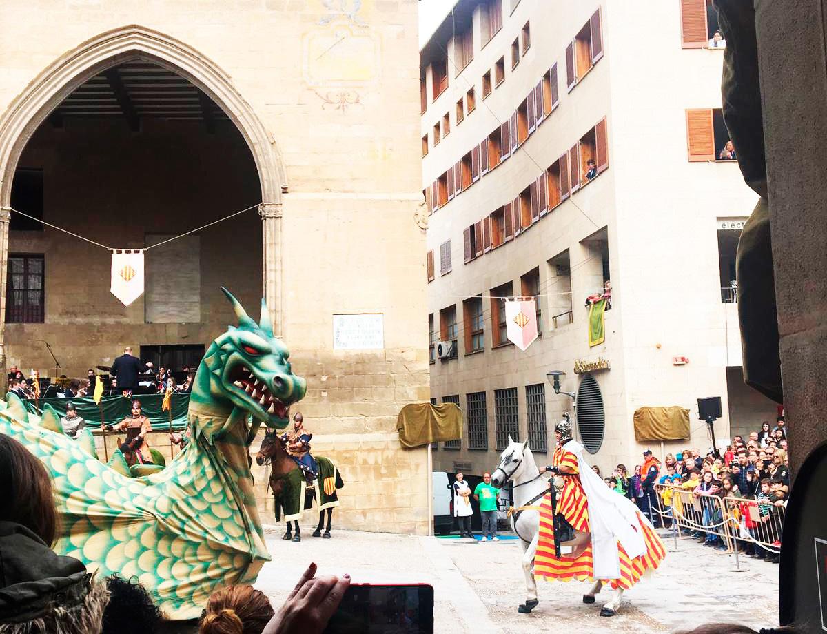 El enfrentamiento entre el dragón y la caballería de San Jorge ha levantado al público