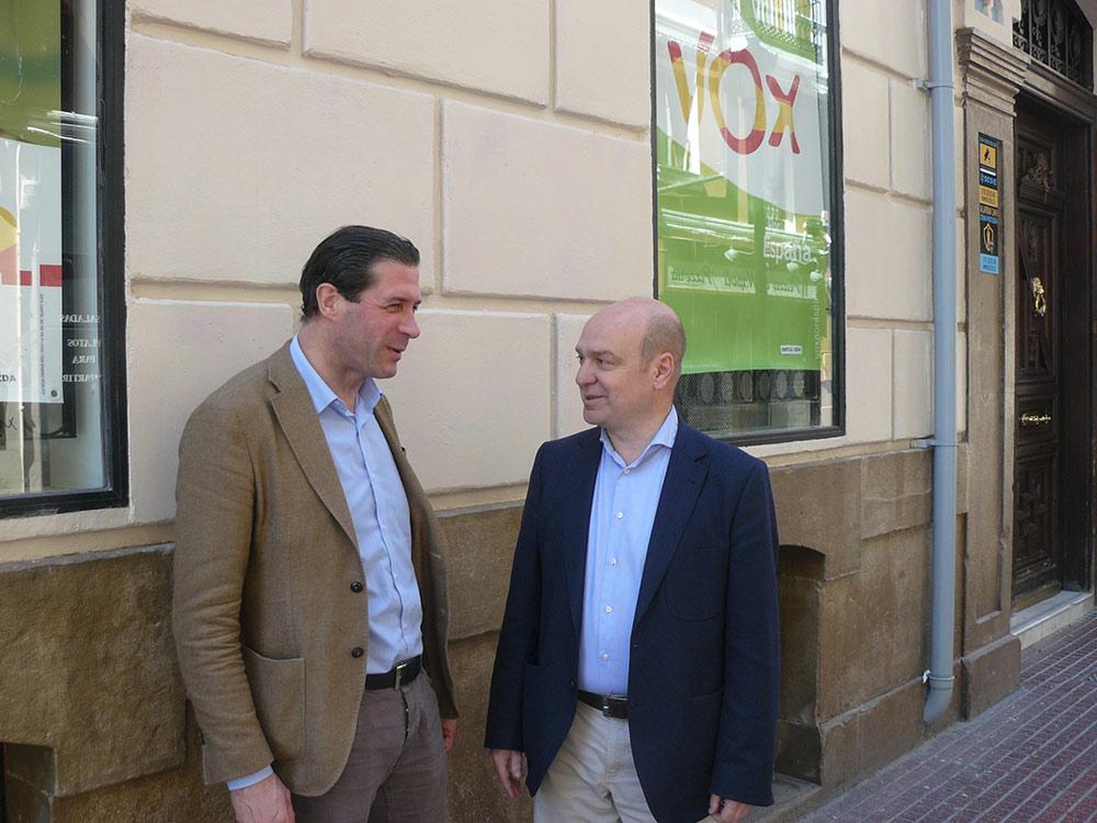 Fernández y Morón a las puertas de su sede en Zaragoza